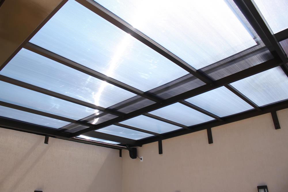 Cobertura em policarbonato: Conforto, proteção UV e resistente a impacto.